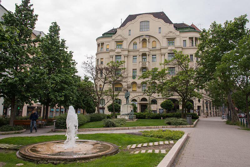 Gárdonyi tér at Bartók Béla Avenue